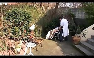 Elle se fait baiser dans la clinique sur une chaise roulante