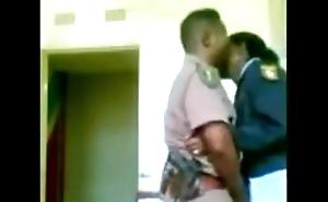 Pareja de policia se lo monta en la comisaria - muyzorras.com